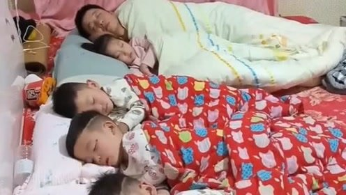 这老爸的心可真大啊,这么多的孩子都需要交学费,还敢在这睡懒觉!