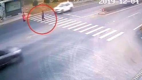 曝光!斑马线前疾驰而过 小车撞飞行人被拍下