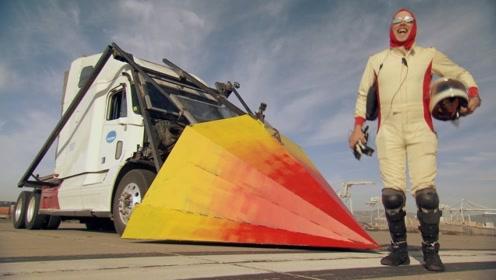 """国外男子发明""""最强铲车"""",一口气毁掉20辆汽车,网友:城会玩!"""