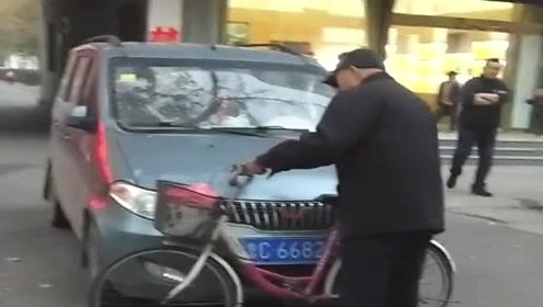 面包车司机在小区门口乱停车,结果惹怒了大爷,车没被拆就不错了!