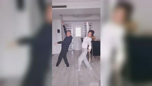潘长江和女儿搞怪跳舞,一言不合就开始摔跤