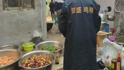 在农村吃大席,厨师把一些菜随意放在地上,当时就没了胃口!你们觉得咋样?