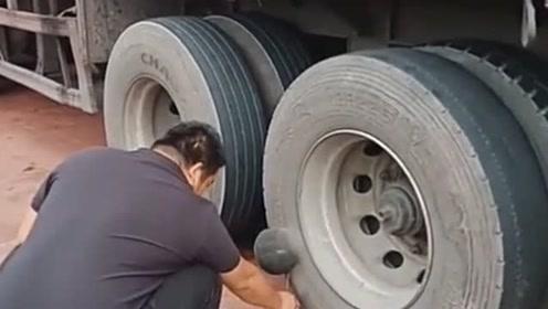 货车停在服务区的时候,才发现轮胎起了一个大包,老司机的做法是亮点!