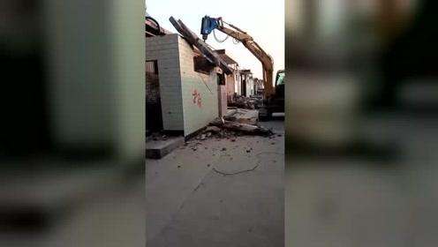 当年东拼西凑借的钱,一砖一瓦亲手盖起来,房子如今要亲眼看着被拆了