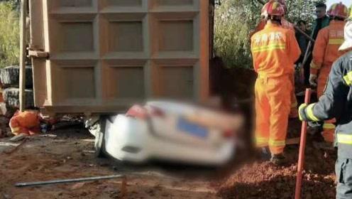 云南重型货车侧翻压扁轿车和摩托,致7人遇难2人受伤