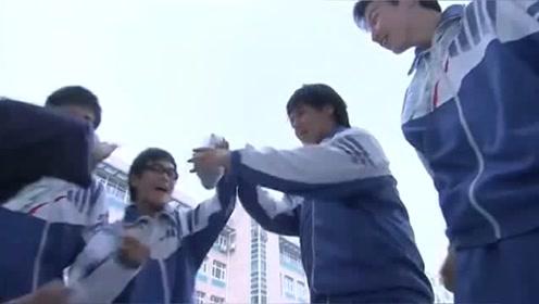 胖妹妹在学校被同学欺负,哥哥看到大怒,为了她和同学打起来!