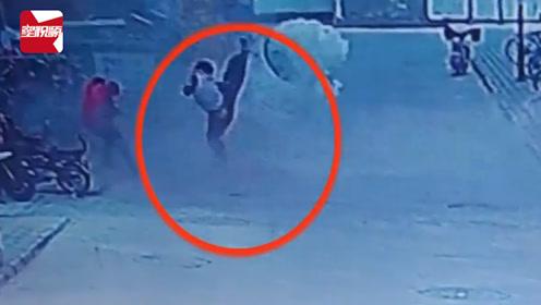 惊险!熊孩子污水井内扔火柴被瞬间炸飞,腾空旋转后坠地