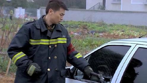 消防车出警十万火急,不料被私家车挡路,队长直接砸车!