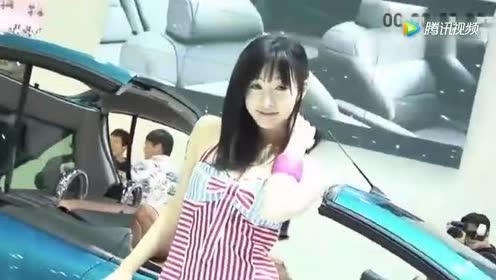 调皮的车模!躲在车里做表情!