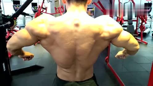 肌肉男:说我挠不到后背的来看看!让你们知道什么叫灵活的胖子!
