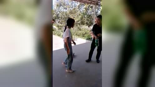 一转眼女儿17岁了,没大没小的就喜欢欺负他爹,真是要被宠坏了!