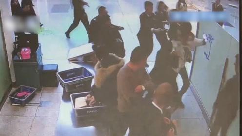 """小伙为见女友一面""""勇闯""""机场安检通道 被制服后才知走错了航站楼"""