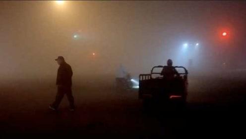 山东淄博大雾锁城,多所中小学停课,路上只能见到人影