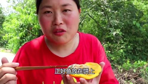 妈妈嘴馋想吃河鲜,胖妹5斤河鲜下锅焖,锅边粑粑才是最香的!