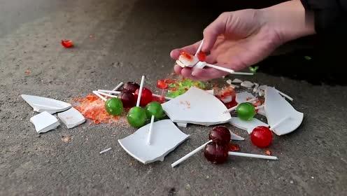 牛人把一堆棒棒糖摆在车轮前,油门一轰,强迫症表示很过瘾!