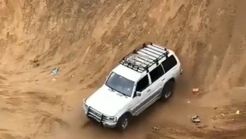 这辆车的车主太敢玩了!竟然这样倒车爬坡。结果谁也没有意料到。
