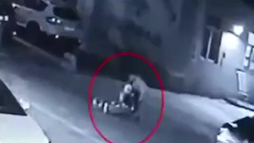"""愤怒!西安一三轮司机撞老人后拖移路边,被抓后竟称在做""""好事"""""""