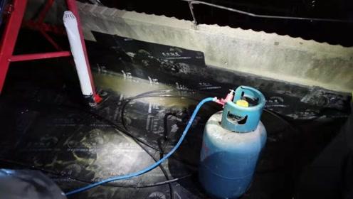 安徽阜阳一居民楼楼顶起火 消防:系防水工人不慎引燃堆放的杂物
