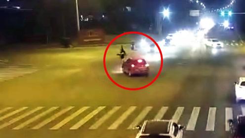 监控曝光!轿车转弯碰上直行摩托车 女司机不让行 骑手被当场撞飞