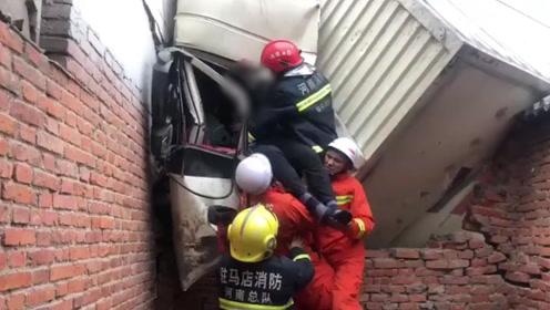 """十分危急!河南一9米长大货车撞上路边民房,""""嵌""""入砖墙中"""