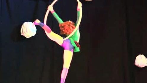 """看得眼晕!俄罗斯女孩表演""""吊环杂技"""",在空中快速旋转"""