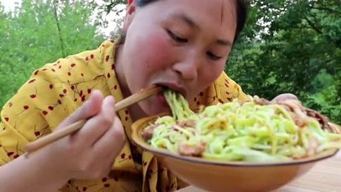 黄瓜做面条第一次听,胖妹又要搞事情了,做了一碗面条还吃不饱