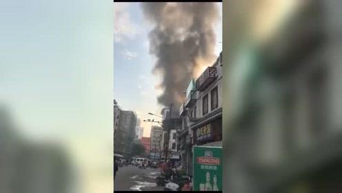 天干物燥,小心火烛!博白县城文化路一商铺二楼发生火灾。