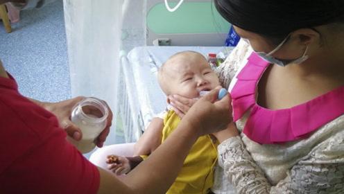 1岁萌娃患重症拒绝进食仅剩10斤重 父母无奈强行撬开嘴巴喂奶
