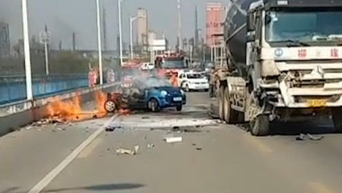 小车碰撞水泥罐车烧成铁架 围观市民称2人火海中抱在一起被烧焦