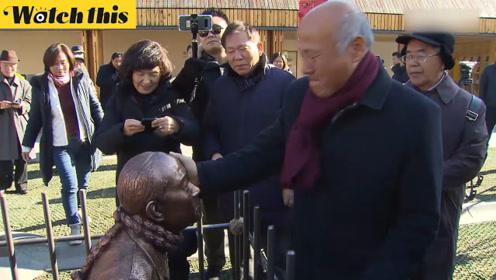 韩国市民在广场摆设前总统全斗焕入狱铜像 对其又骂又打
