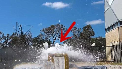 超大冰块从45米高空扔下,砸在下面的防弹玻璃上会怎样?结果让人想不到!