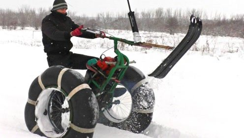 牛人自制电动雪橇车比赛,体验一场不一样的滑雪比赛!