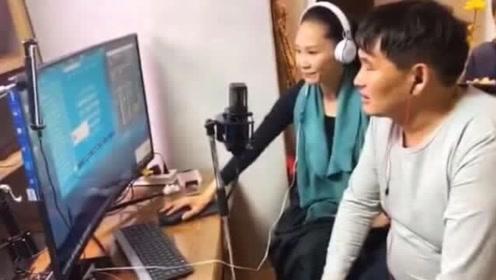 54岁于文华近照气质优雅 与大衣哥朱之文同框直播