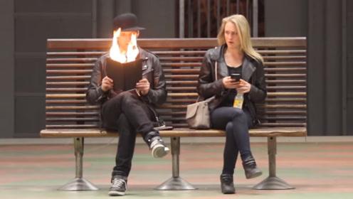男子坐在车站看书,但当他打开书后,旁边的人瞬间不淡定了