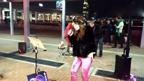 街头艺人演唱《似火探戈》,用心演唱向梅艳芳致敬