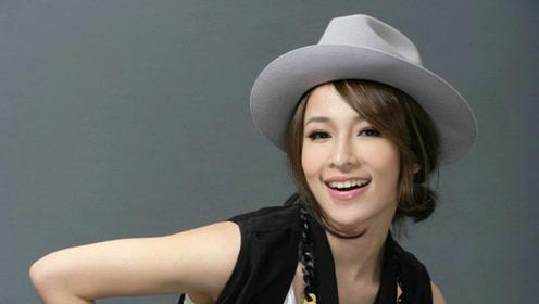萧亚轩与小16岁男友拍新歌MV 沙发泳池甜蜜依偎玩亲亲