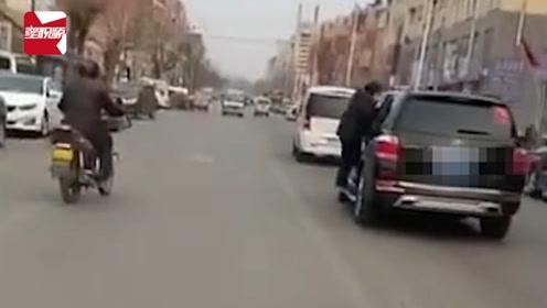 73岁老人挂SUV外行驶数百米,老人女儿:姐夫的车驾驶者是个女子