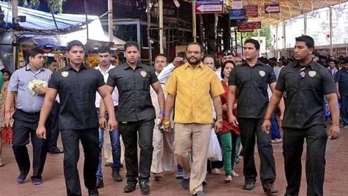 """印度富豪打造""""黄金衬衫"""",一件重12斤,出门带8名保镖开道"""
