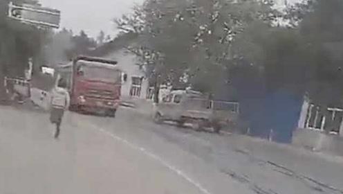 """货车为""""躲避""""罚款,当着民警和车主面""""跑""""了"""