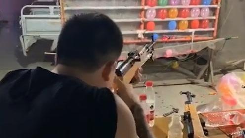 搞笑视频:哥们儿 你好歹也瞄一下准 这可不是机关枪