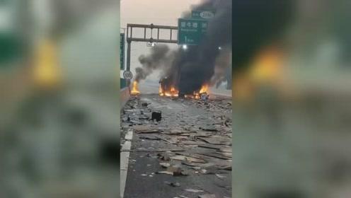 广深高速2货车高速上追尾起火 整车被大火吞噬场面吓人