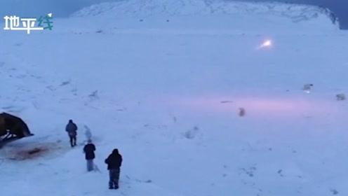 实拍!俄罗斯村民被60多只北极熊包围 无奈用照明弹驱赶