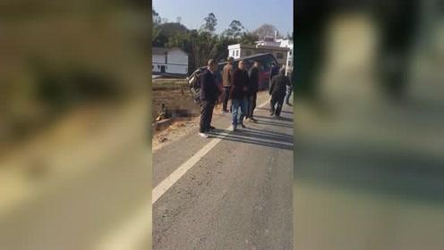 赣州一小车驶入对向车道与大客车相撞 疑似5名女幼师不幸身亡