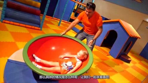 小萝莉第一次跟爸爸去游乐园,到处都非常的新奇,小萝莉非常的开心