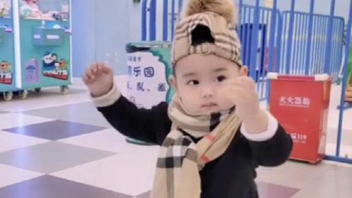 宝宝:我也是蹦过迪的人,不要小瞧我,网友:小腰扭的真带劲儿