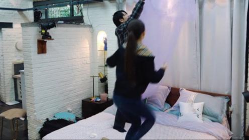 郎朗正在床上,吉娜突然跳上去,导演组救场都来不及