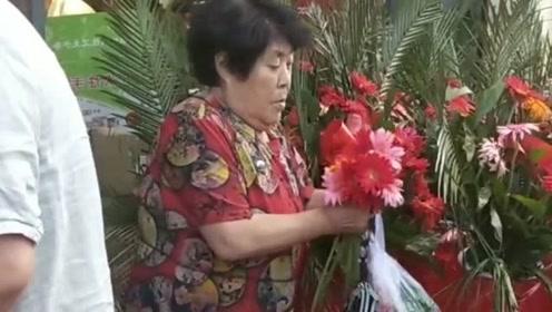 饭店开业,老太太不来吃饭,就来摘花,太没素质了