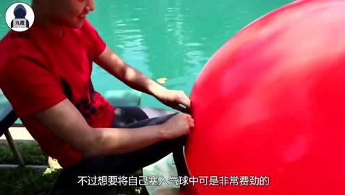 """美女拿气球当""""泳衣"""",跳进水里后,结果和想象中不一样!"""