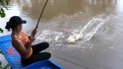 农村女孩钓鱼,第一次用猪肝钓鱼,看她能不能钓上大鱼