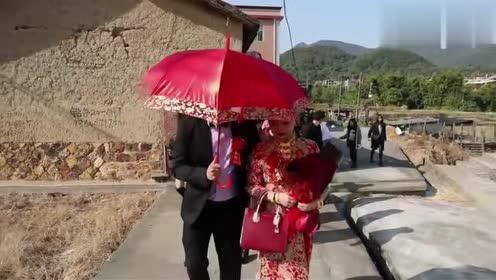 福建农村一姑娘出嫁,和爸妈拥抱告别,出门时,响了一首歌
